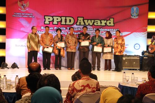 Penerimaan Penghargaan PPID Award 2013 oleh Bupati Blitar ( Juara II Se-Jawa Timur )