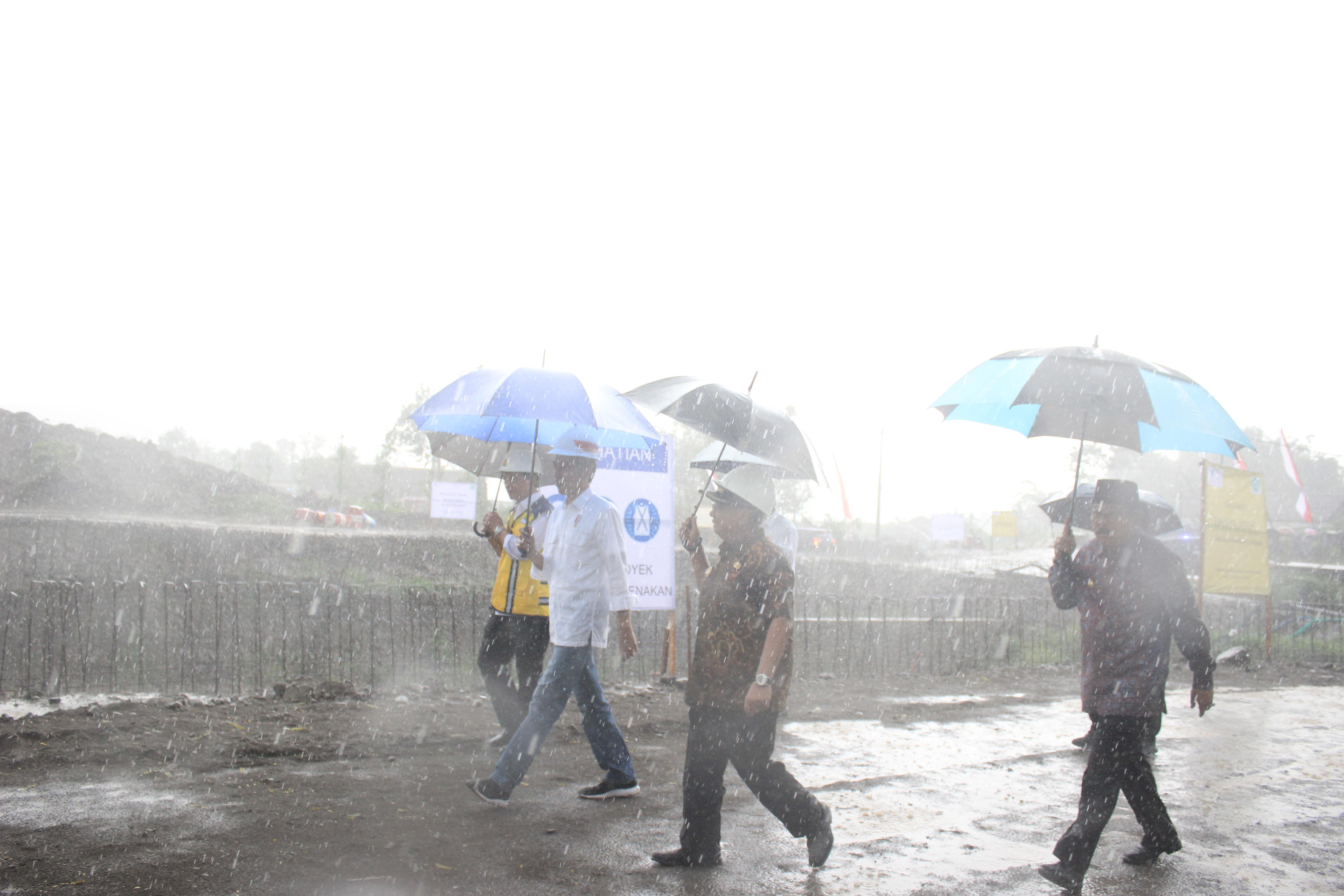 Presiden Joko Widodo Meninjau Proyek Pengendalian Banjir Kali Bogel